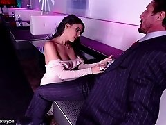 Glamorous Luna gives fantastic blowjob to Tommy Gunn