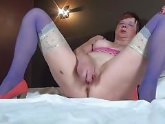With a vibrator in her pussy and a finger in her ass this mature babe cums